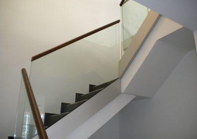 Treppenaufgang mit Glasgeländer