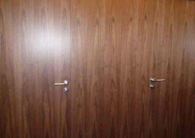 WC-Trennwand aus Walnuss