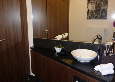 WC Damen mit Corian und Walnuss-Furnier