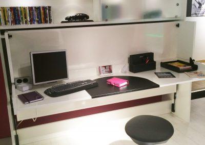 Schreibtisch am Tag... und abends ein Bett