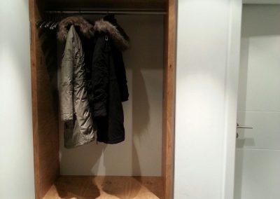 Garderobe in weiß mit Eiche massiv
