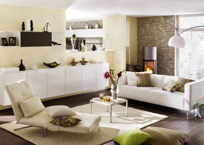 Wohnzimmer in weiß mit Steinwand