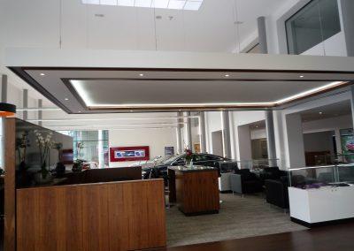 Empfangsbereich mit Deckensegel, Lackspanndecke, indirekte Beleuchtung und Spiegelkranz