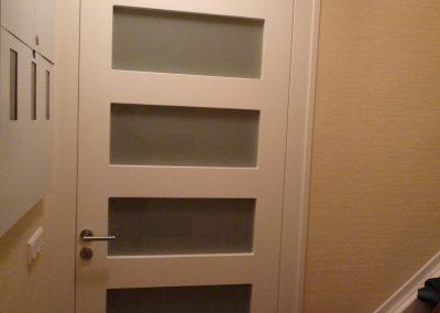 Deckenhohe Eingangstür mit Katzenklappe