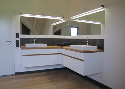 Badmöbel in weiß mit Ast-Eiche-Waschtischplatte