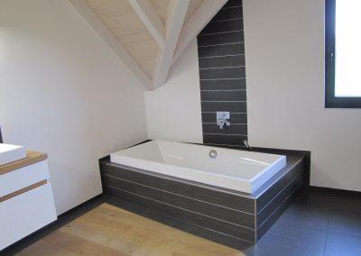Badewanne eingefasst in Fliesen