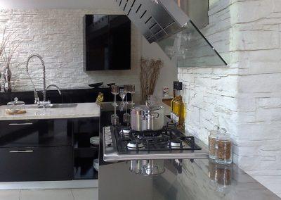 Küche mit Steinrückwand